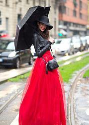 Черная шляпка под красные сапоги, стильно?-dlinnoe_dvucvetnoe_plate_s_pyshnoy_krasnoy_yubkoy_i_kontrasnym_chernym_verhom_sochetaem_s_kozhan-jpg