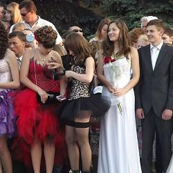 Ультракороткое платье кислотного цвета на выпускном вечере.-7-jpg