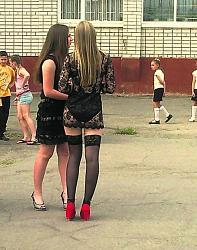 Ультракороткое платье кислотного цвета на выпускном вечере.-9-jpg