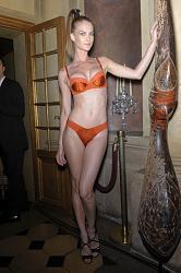 Хулиган высокой моды Жан-Поль Готье-jean-paul-gaultier-la-perla-fall-2010-yh_fzgck1c_l-jpg