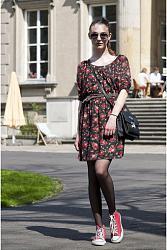 Кроссовки с платьем-devushka-v-konversah-i-korotkom-letnem-sarafane-jpg