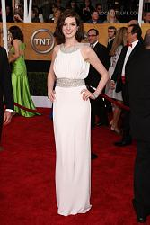 Платье в греческом стиле-annehathaway-sag-awards-red-carpet-photos-01252009-02-820x1230-jpg