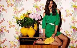 Как правильно сочетать зеленое платье?-devushka-s-belyim-remnm-i-krasnyih-bosonozhkah-jpg