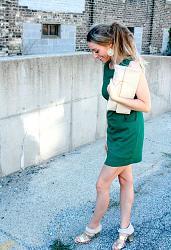 Как правильно сочетать зеленое платье?-devushka-sochetaet-zelenoe-plate-s-bezhevyimi-tuflyami-i-aksessuarami-jpg
