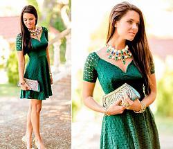 Как правильно сочетать зеленое платье?-devushka-sochetaet-zelenoe-plate-s-zolotyimi-ukrasheniyami-krupnyim-ozherelem-i-zolotistyimi-tuf-jpg