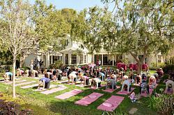 Звездный стиль - Кейт Бекинсейл-yoga-fundraiser-benefit-jpg
