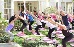 Звездный стиль - Кейт Бекинсейл-yoga-fundraiser-benefit-1-jpg