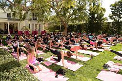 Звездный стиль - Кейт Бекинсейл-yoga-fundraiser-benefit-2-jpg