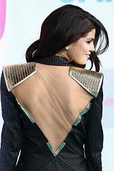 Селена Гомес продемонстрировала пиджак с двойным декольте-selena-gomes-1-jpg