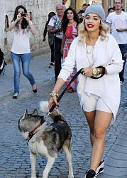 Рита Ора в наряде от Alex Vauthier с юбкой из перьев-rita-ora-walking-dog-1347370143-custom-0-jpg