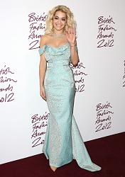Рита Ора в наряде от Alex Vauthier с юбкой из перьев-salma-hayek-rita-ora-british-fashion-awards-2012-02_jpg_1354093349-jpg